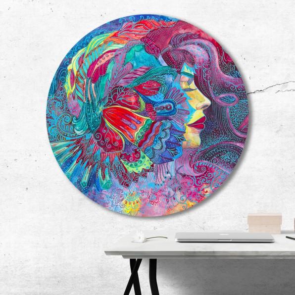 Muurcirkel met kleurrijke illustratie van een vrouw