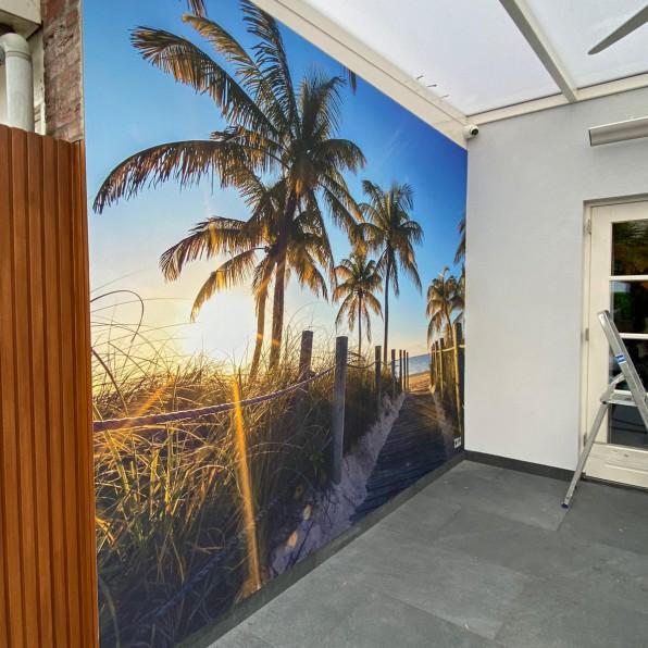 Naadloos behang met Palmbomen onder de overkapping